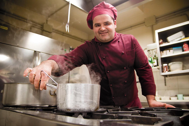 Lo chef Thomas Rivalta nella cucina del Terre Alte di Longiano