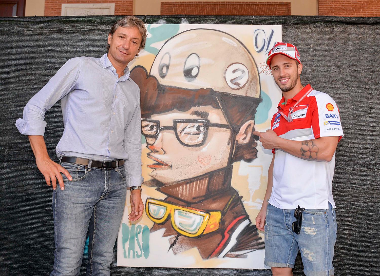 Il sindaco Andrea Gnassi con il pilota motociclistico italiano Andrea Dovizioso, campione del mondo della classe 125 nel 2004